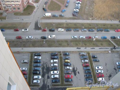 Лыжный пер. перед домом 2. Фрагмент территории авто-парковки. Фото 14 апреля 2014 г.