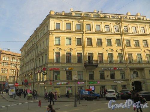 Кирпичный переулок, дом 2 / Малая Морская улица, дом 2 / Невский проспект, дом 11. Фасад здания со стороны Кирпичного переулка. Фото 18 марта 2015 года.