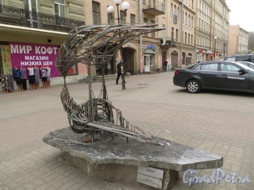 Финский переулок. Общий вид скульптуры «Поцелуй» (скульптор А.Е. Фатхуллина). Фото 22 апреля 2015 года.