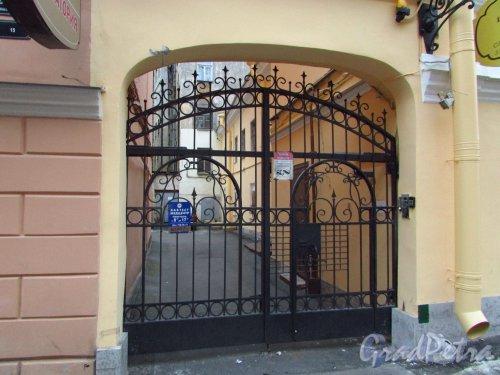 Дмитровский переулок, дом 17, литера Б. Ворота во двор. Фото 21 октября 2016 года.