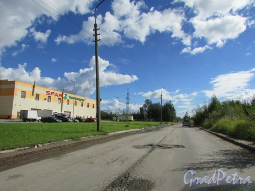 Перспектива 4-го Верхнего переулка от улицы Фёдора Абрамова в сторону проспекта Энгельса. Фото 31 августа 2016 года.