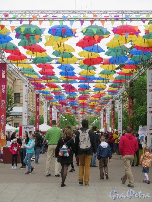 Соляной пер. Общий вид переулка во время праздника летающих зонтиков. фото май 2015 г.