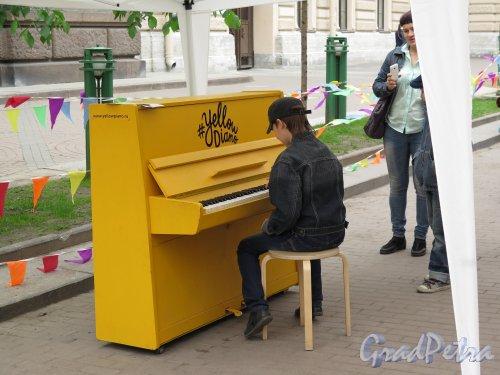 Соляной пер. Желтое Пианино. Экспонат Праздника летающих зонтиков. фото май 2015 г.