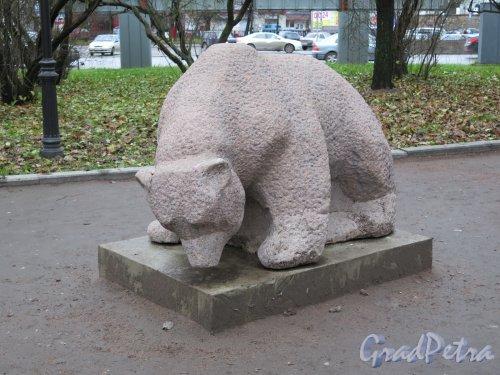 Треугольный пер. (Выборг), Фигура Медведя в сквере. Спереди. фото ноябрь 2015 г.