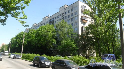 Альпийский переулок, дом 15, корпус 1. 9-этажный жилой дом серии 1-ЛГ-504 1972 года постройки. 5 парадных, 179 квартир. Фото 21 мая 2018 года.
