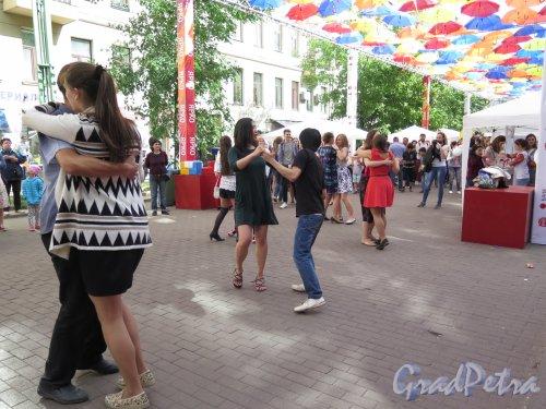 Соляной пер. Праздник парящих зонтиков. Танцы на улице. фото май 2016 г.