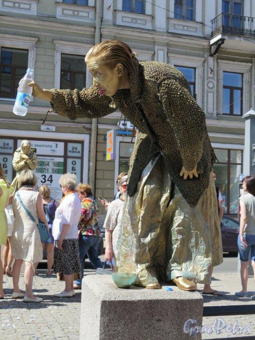 Кузнечный пер. Старуха-процентчица во время Дня Достоевского. фото 2 июля 2016 г.