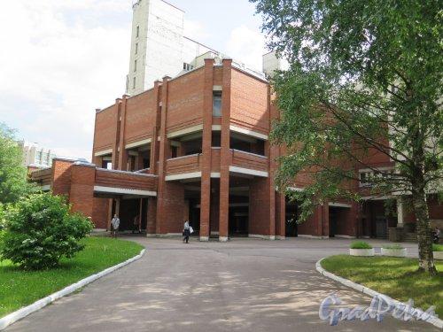 Учебный пер., д. 5. Городская многопрофильная больница № 2, открыта в 1993. Общий вид. фото июль 2017 г.