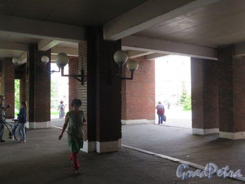 Учебный пер., д. 5. Городская многопрофильная больница № 2. Крытый вход. фото июль 2017 г.