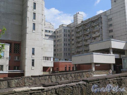 Учебный пер., д. 5. Городская многопрофильная больница №2. Внутренний открытый двор между крыльями  главного корпуса. фото июль 2017 г.