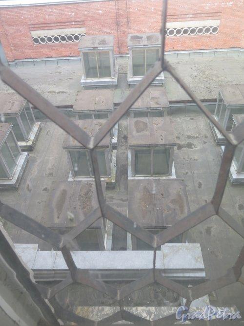 Учебный пер., д. 5. Городская многопрофильная больница №2. Вид внутреннего пространства из окна верхнего этажа. фото июль 2017 г.