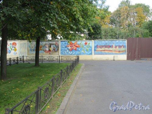 Таврический пер., д. 2-10. Левобережный водоканал. Стена вдоль территории. Въезд с фрагментом стены. фото сентябрь 2017 г.