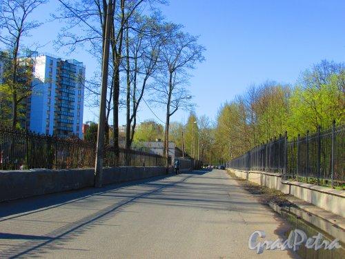 Перспектива переулка Декабристов от реки Смоленки. Фото 1 мая 2016 года.