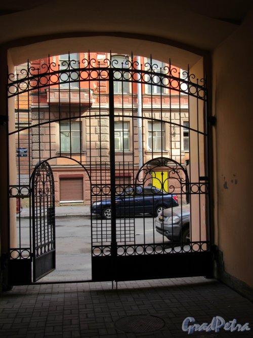 Поварской пер., д. 9. Доходный дом. Въездные ворота. Вид со двора. фото апрель 2018 г.