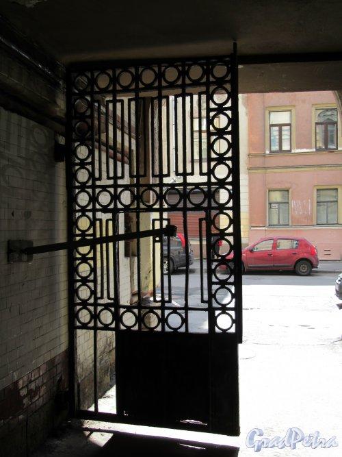 Сапёрный пер., д. 6. Доходный дом А. Т. Дылева. Створка ворот. Вид со стороны двора. фото май 2018 г.