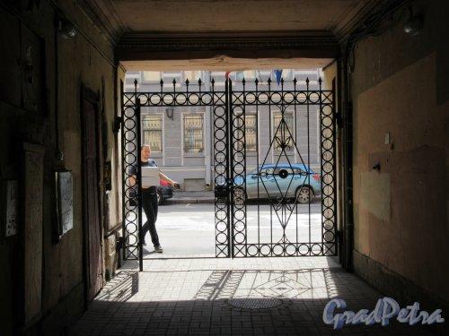 Сапёрный пер., д. 12. Доходный дом Е. К. Лейцингер. Въездные дворовые ворота. фото май 2018 г.