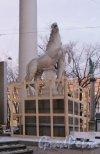 Реставрационные работы на правой скульптуре братьев Диоскуров Конногвардейского манежа. Фото 2 декабря 2014 года.