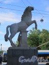 Исаакиевская пл., д. 1. Конногвардейский манеж. Скульптурная группа братьев Диоскуров (левая скульптура) на стилобате. фото июль 2016 г.