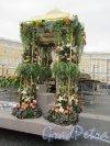 Дворцовая пл. Цветочная инсталяция в День России 2018 г. Цветочная арка. фото июнь 2018 г.
