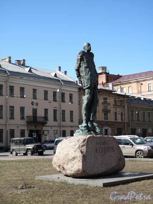 пл. Академика Сахарова. Памятник Сахарову. Фото апрель 2011 г.