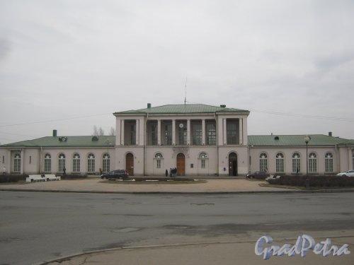 Г. Пушкин, Привокзальная пл., дом 1. Общий вид здания вокзала с Привокзальной пл. Фото 1 марта 2014 г.