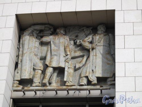 пл. Ленина, д. 6. Здание Финляндского вокзала. Барельеф в простенке окна. Фото март 2014 г.