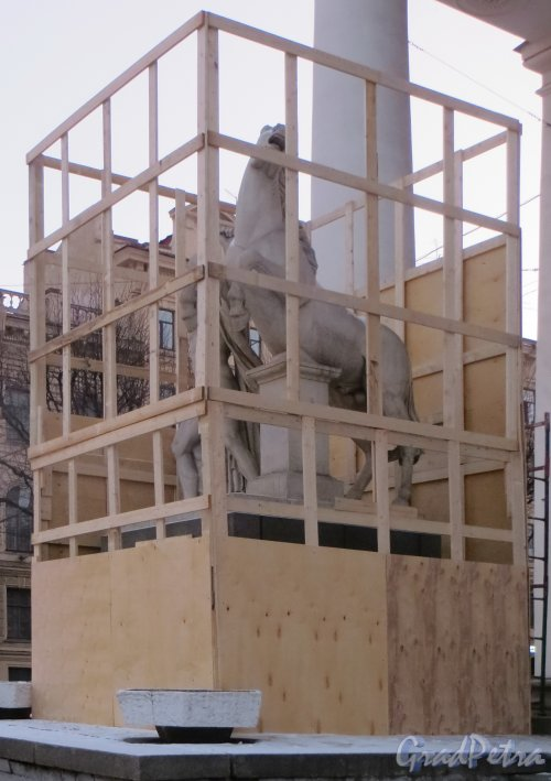 Исаакиевская пл., дом 1. Реставрационные работы на левой скульптуре братьев Диоскуров. Фото 2 декабря 2014 года.