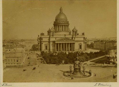 Исаакиевская площадь, дом 11 (двухэтажное здание слева от Исаакиевского собора). Фото 1900-х годов.
