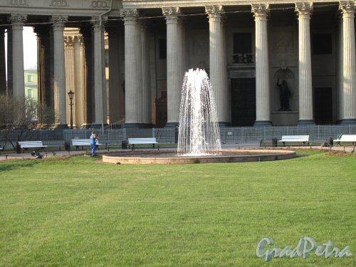 Сквер с фонтаном на Казанской площади. Фонтан утром. фото апрель 2014 г.