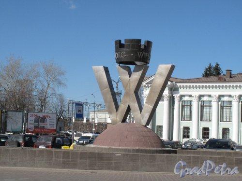 Выборг, Вокзальная пл. Памятный знак-символ «Город Выборг». Общий вид. фото апрель 2014 г.