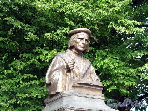 Г. Выборг, Пионерская пл. Памятник Микаэлю Агриколе, восстановлен 2009, бюст. Фото июль 2009 г.