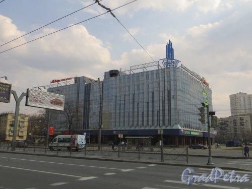 площадь Конституции, дом 7, литера А. Общий вид делового центра «ЛИДЕР» со стороны Ленинского проспекта. Фото 12 апреля 2015 года.