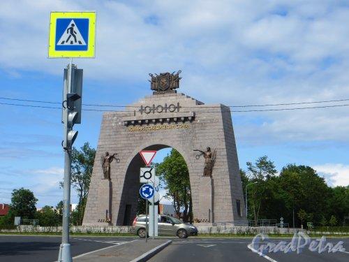 город Красное Село, площадь воинской Славы. Триумфальная арка Победы. Фото 14 июля 2015 года.