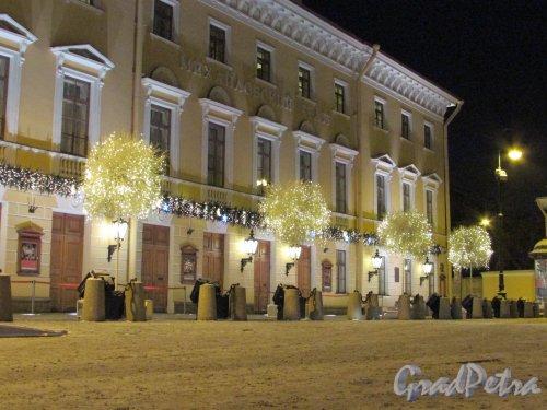 Площадь Искусств, дом 1, литера А. Новогодние деревья перед Михайловским театром оперы и балета. Фото 5 января 2016 года.