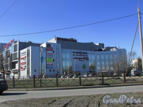 площадь Карла Фаберже, дом 8, литера Е. Фасад здания «Мебель Холл» с правой стороны. Фото 22 марта 2016 года.