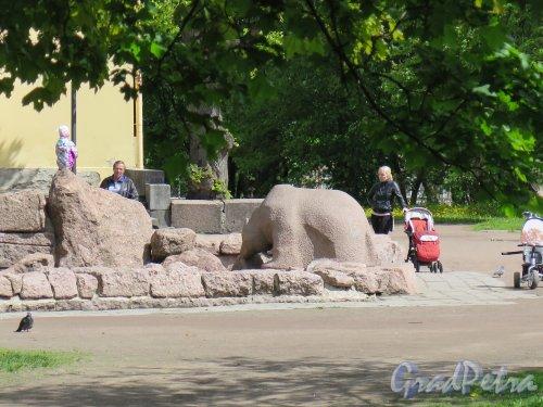 Пионерская пл. Фонтан «Медведь». 1960-е. арх. В.Я. Фогель, ск. Эва Гюльден. Центральная фигура фонтана. Фото июнь 2015 г.