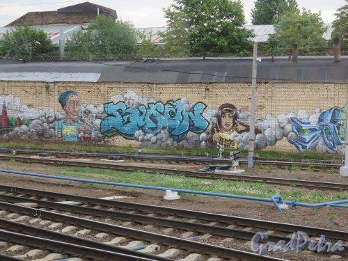 Пл. Ленина, д. 6. Финляндский Вокзал. Граффити на шумозащитной стенке. Эпизод 2. фото июнь 2015 г.
