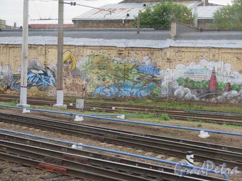 Пл. Ленина, д. 6. Финляндский Вокзал. Граффити на шумозащитной стенке. Эпизод 3. фото июнь 2015 г.