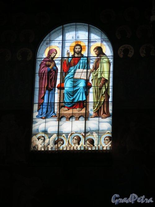 Якорная пл. (Кронштадт), д. 5. Морской собор Святого Николая Чудотворца. Витраж в боковой стене. Фото август 2015 г.