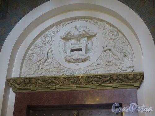Якорная пл. (Кронштадт), д. 5. Морской собор Святого Николая Чудотворца. Рельеф в тимпане над дверьми. Фото август 2015 г.
