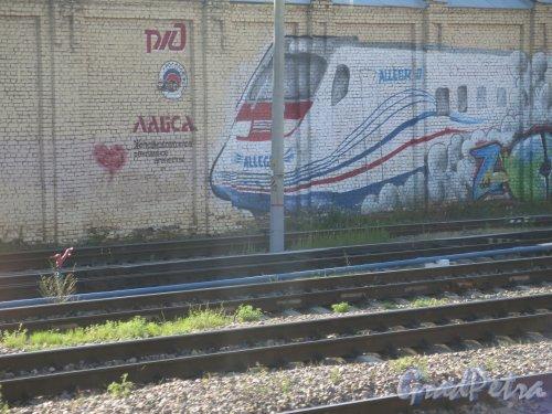 Пл. Ленина, д. 6. Финляндский Вокзал. Граффити на шумозащитной стенке. Поезд «Аллегро» фото июнь 2015 г.
