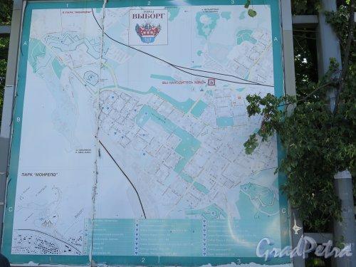 Подробная карта-стенд города Выборга на Вокзальной площади. фото июль 2015 г.