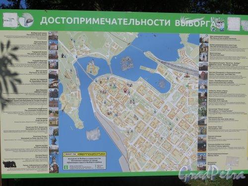 Карта-схема достопримечательностей города Выборга с аннотациями, установленная на Рыночной площади. фото июль 2015 г.