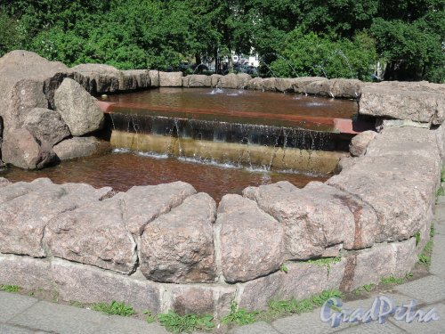 Г. Выборг, Пионерская пл. Фонтан «Медведь». 1960-е. арх. В.Я. Фогель, Чаша фонтана с миникаскадом. Фото июнь 2014 г.
