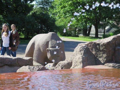 Г. Выборг, Пионерская пл. Фонтан «Медведь». 1960-е. арх. В.Я. Фогель, фигура медведя на фоне струи. Фото июль 2015 г.