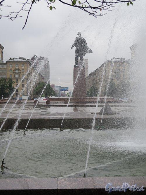 Московская пл. Памятник В.И. Ленину через струи фонтана. фото июль 2015 г.