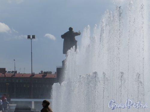 Пл. Ленина. Сквер на площади. Фонтан позади Памятника Ленину во время работы. фото июль 2015 г.