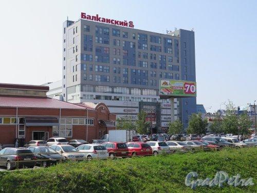 Балканская пл., д. 5И. ТРК «Балканский-1». Общий вид здания и площади. фото июль 2015 г.