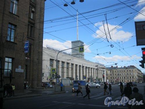 пл. Ленина, дом 6. Вид на здание Финляндского вокзала с ул. Комсомола. Фото 22 апреля 2018 г.