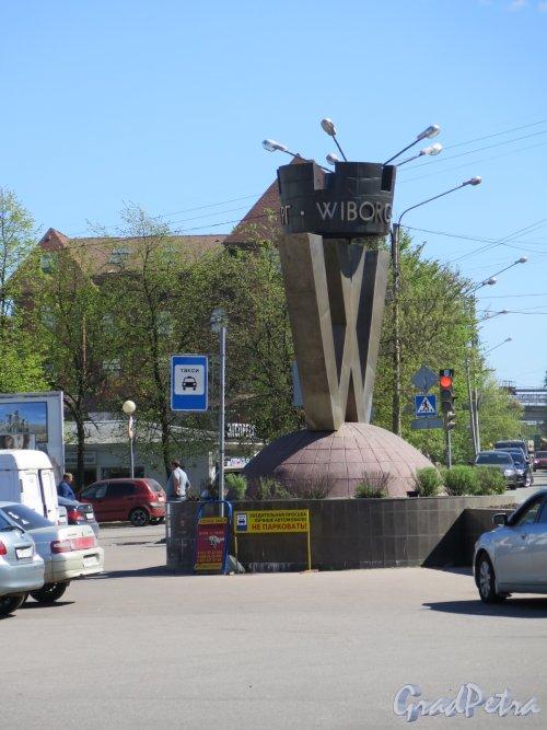 Выборг, Вокзальная пл. Памятный знак-символ «Город Выборг». Вид сбоку. Фото апрель 2014 г.